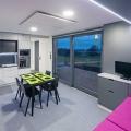 Freedomek No. 012 - jídelna s obytnou kuchyní